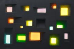 Parede do projeto moderno com as janelas abstratas de formas e de cores diferentes imagens de stock royalty free