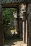 Parede do templo de pedra quadro pelo arco fotografia de stock