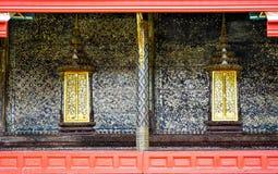 Parede do templo tailandês com pintura tailandesa do teste padrão foto de stock