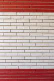 Parede do tijolo pintada em faixas vermelhas e brancas Imagem de Stock