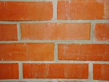 A parede do tijolo vermelho com fragmento do almofariz da argila da alvenaria madeira-ateou fogo ao forno Imagem de Stock