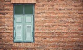 Parede do vintage com janela verde fotos de stock