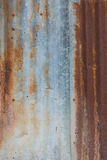 A parede do zinco dilapidou e oxidado imagens de stock royalty free