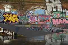 Parede dos grafittis do parque do patim imagens de stock