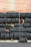 Parede dos pneus, vertical imagens de stock
