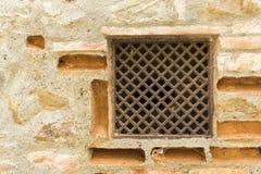 Parede dos tijolos com grelha Imagem de Stock Royalty Free