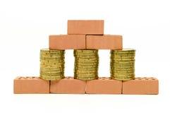 Parede dos tijolos com um plano da construção e uma máquina escavadora foto de stock royalty free