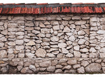 Parede Drystone isolada no fundo branco imagens de stock