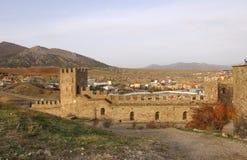 A parede e as torres da fortaleza Genoese na península de Crimeia Fotos de Stock Royalty Free