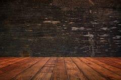 Parede e assoalho de madeira na opinião de perspectiva, fundo do grunge FO imagem de stock royalty free