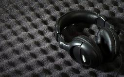 Parede e auscultadores da espuma acústica Fotos de Stock