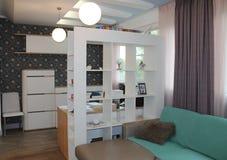 Parede e caixa no branco e papel de parede com cópia floral Fotografia de Stock
