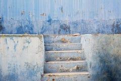 Parede e escadas abandonadas azul do estuque do grunge fotos de stock royalty free