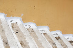 Parede e escadas abandonadas do estuque do grunge imagens de stock
