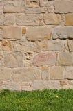 Parede e grama de pedra do sandstone Fotografia de Stock Royalty Free