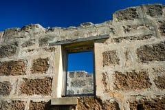 Parede e janela velhas de tijolo imagens de stock