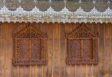 Parede e janelas de madeira de Backgroundof imagem de stock royalty free