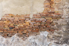 A parede e o emplastro velhos de tijolo descascam fora Fotos de Stock Royalty Free