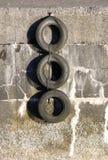 Parede e pneumáticos do porto Fotos de Stock Royalty Free