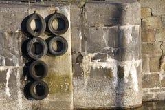 Parede e pneumáticos do porto Imagem de Stock Royalty Free