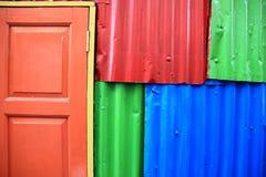 Parede e porta coloridas Imagens de Stock Royalty Free