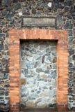 Parede e porta da textura medieval da igreja foto de stock royalty free
