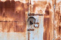 Parede e porta oxidadas do metal com o fechamento Imagem de Stock Royalty Free