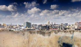 Parede e skyline corrmoídas de havana Imagens de Stock