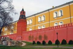 Parede e torre de tijolo vermelho de Moscovo Kremlin Foto de Stock Royalty Free