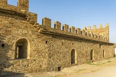 A parede e a torre de um castelo medieval real Parede da fortaleza da grande pedra Fortaleza Soldaia em Sudak imagens de stock royalty free