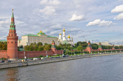 Parede e torres de Moscovo Kremlin Fotografia de Stock Royalty Free