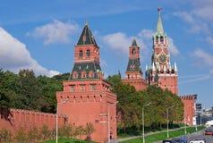 Parede e torres de Moscovo Kremlin Fotos de Stock Royalty Free
