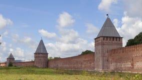 Parede e torres sul de Smolensk kremlin - vídeo do tempo-lapso vídeos de arquivo