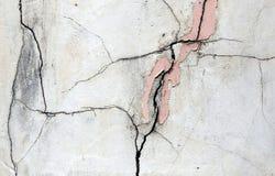 Parede emplastrada e pintada quebrada imagens de stock