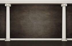 Parede escura com colunas clássicas imagens de stock royalty free