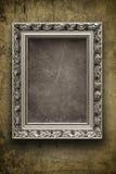 Parede escura, suja com frame de prata Imagem de Stock