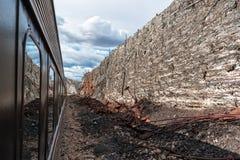 Parede estranha na linha de estrada de ferro da garganta de Verde fotos de stock