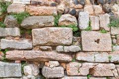 Parede europeia velha da pedra e de tijolo com folhas selvagens imagem de stock royalty free