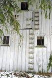 Parede exterior abandonada do celeiro com escadas e janelas fotos de stock royalty free