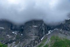A parede famosa das pescas à corrica em Noruega, na névoa pesada e nas nuvens fotos de stock royalty free