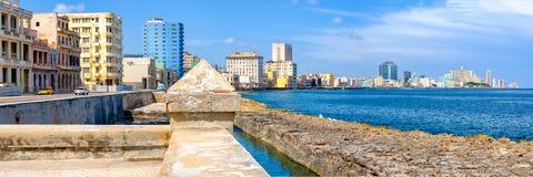 A parede famosa de Malecon do beira-mar e a skyline de Havana fotos de stock royalty free