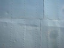 Parede histórica do navio do metal cinzento detalhado com emendas e rebites imagem de stock