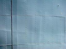 Parede histórica do navio do metal cinzento detalhado com emendas e rebites. wi fotografia de stock royalty free