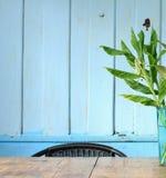 A parede interior do vintage azul decora com flores artificiais Imagem de Stock