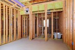A parede interior que molda com a instalação tranquila no banheiro do porão remodela sob o trabalho do encanamento do assoalho imagem de stock royalty free