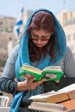 Parede lamentando Jerusalem, mulher praying Fotografia de Stock Royalty Free