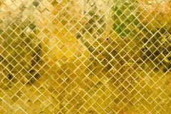 Parede lustrosa da telha de mosaico do ouro, fundo da textura Fotografia de Stock