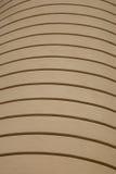 Parede marrom desobstruída com setas regulares. Fotos de Stock Royalty Free