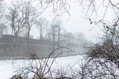 Parede medieval da cidade com as torres no inverno na queda de neve Foto de Stock