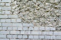 parede Metade-arruinada do tijolo branco do silicato Fotografia de Stock Royalty Free